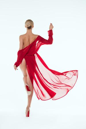 mooi meisje poseren naakt in rood