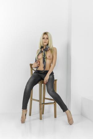 Schöne Mädchen posiert nackt Standard-Bild - 85891165