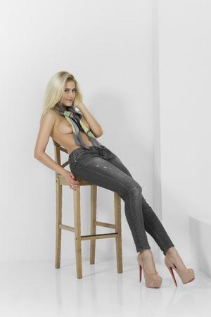 Schöne Mädchen posiert nackt