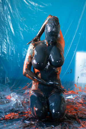 young beautiful girl posing nude in studio doused with paint 版權商用圖片 - 115661822