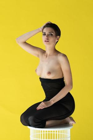 girl dressing near the yellow wall 免版税图像 - 117672434