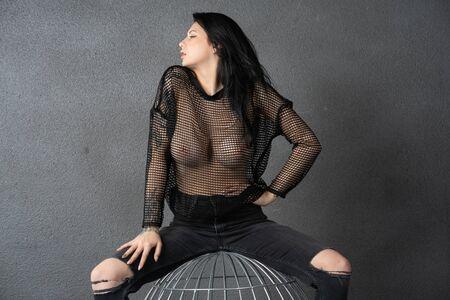 Hermosa jovencita posando en estudio en negro Foto de archivo
