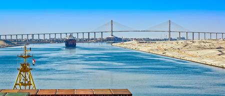 desierto: Convoy del barco que pasa por el Canal de Suez