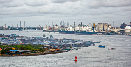 Afrikaanse stad aan de rivier. Lagos, Nigeria, Afrika Redactioneel