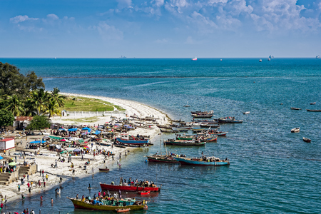 pecheur: Les rives de l'océan Indien à Dar es Salaam, Tanzanie, Afrique