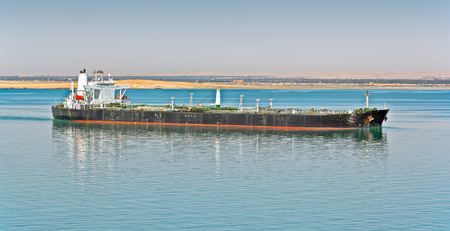 Geladene Öltanker Schiff nach Ägypten Suez-Kanal in Richtung Norden Eingabe Standard-Bild