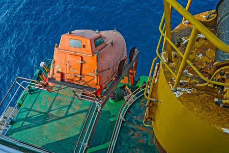caida libre: cubierta de popa del buque de carga con ca�da libre de emergencia del bote salvavidas de color naranja de escape