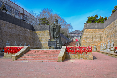 no pase: Emperor Qin statue, Shanhaiguan Pass, Qinhuangdao, Hebei Province, China Editorial
