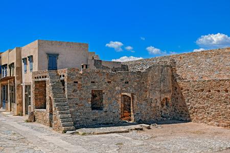 lepra: Ruinas en la colonia de leprosos abandonados en la isla de Spinalonga (también conocido como Kalydon), Grecia.