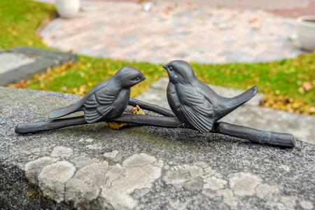 fidelidad: figurillas de aves tradicionales en la lápida como símbolos de ubicación. Aland, Finlandia Foto de archivo