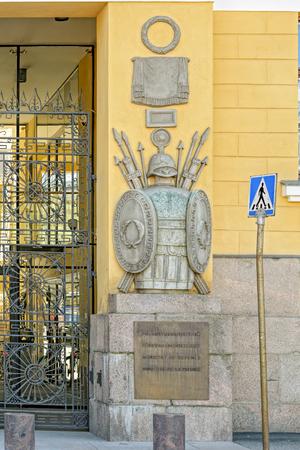 """Bas-reliëfdecoratie met neoklassieke elementen op felgele gevel van legerkazerne van de Finse Wacht """"Kaartikasarmi"""" van architect Carl Ludwig Engel (1822)."""