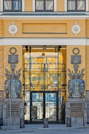 """Bas-reliëfdecoratie met neoklassieke elementen op felgele gevel van legerkazerne van de Finse Wacht """"Kaartikasarmi"""" van architect Carl Ludwig Engel (1822). Redactioneel"""