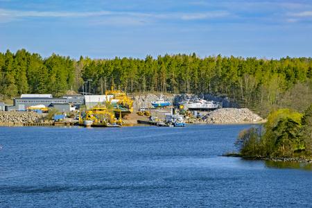 bandera de suecia: Los transbordadores amarillos del coche y algunas otras lanchas a motor se suspenden en un dique seco simple para el mantenimiento. Ninguna persona visible.