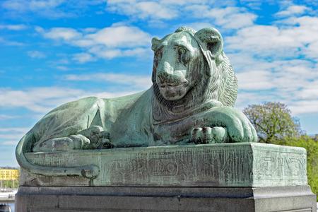 bandera de suecia: La estatua del león del norte de North Bridge (Norrbro) con jeroglíficos egipcios en el casco antiguo de Estocolmo, Suecia