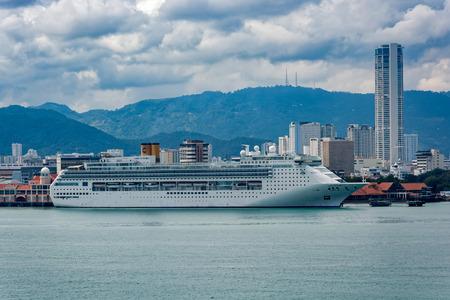 조지 타운, 말레이시아 -2011 년 1 월 3 일 : 빅토리아 급 크루즈 여객선 '코스타 빅토리아'는 조지 타운 항구의 스 웨튼 부두에서 정박했습니다. 배