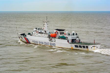 ILHAS DE DIAOYU, ORIENTE CHINA SEA - 19 de maio de 2017: patrulhas de patrulha offshore n. º 2302 da Guarda Costeira da China (CCG) em águas territoriais nas Ilhas Diaoyu.