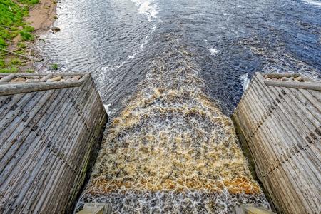 歴史的なチフヴィン水システム - 新しく復元された要素堤防、木橋、砕氷船。チフヴィン、ロシア 写真素材