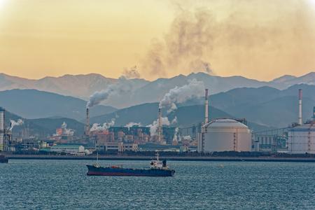 Industrieel landschap met onshore molens van een van de grootste staalfabrikanten bij zonsopgang. Pohang, Zuid-Korea