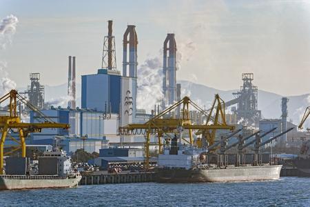 Bulk carrier ships sit berthed near a Posco steel mill at the Port of Gwangyang, Jeonnam, Korea. Stok Fotoğraf