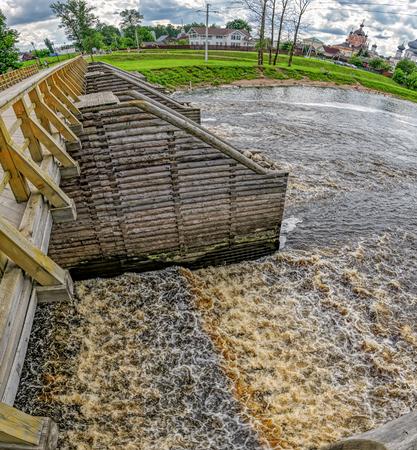 新しく修復された歴史的なチフヴィン水システム - 木製の橋の要素。チフヴィン、ロシア 写真素材