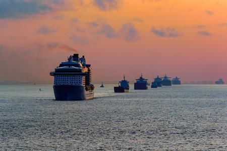 다양한 배의 캐러밴은 상하이 항구에 접근하는 역외 열을 배달합니다. 황해, 중국