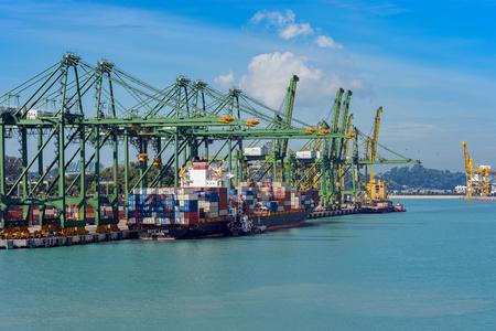 Singapur - 06 stycznia 2017: Widok ogólny terminalu ładunków kontenerowych Port of Singapore, prowadzony przez PSA, jeden z najbardziej ruchliwych terminali żeglugowych na świecie. Publikacyjne