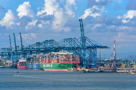 PORT KLANG, MALAISIE - 2 avril 2017 : Grands portiques à conteneurs avec chargement et déchargement de navires à Port Klang, le plus grand port commercial de la Malaisie péninsulaire.