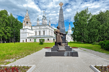 VELIKY USTYUG, VOLOGDA REGION, RUSSIA - July 12, 2017: Monument to Erofei Pavlovich Khabarov against the background of the domes of the Church of the Transfiguration of the Lord in Veliky Ustyug. Sajtókép