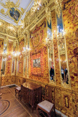 The newly renovated Amber Room (Amber Chamber) in the Catherine Palace is a complete chamber decoration of amber panels backed with gold leaf and mirrors. 新聞圖片