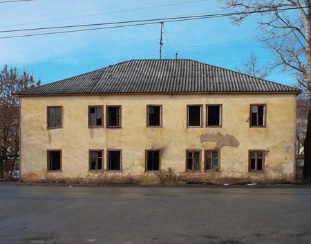 Bouwvallige huizen aan de Avtovokzalnaya straat in het centrum van Orel stad van Rusland. Stockfoto