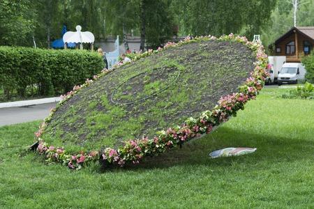 reloj de sol: Figura de reloj de sol Topiary en forma de whee inclinados Foto de archivo
