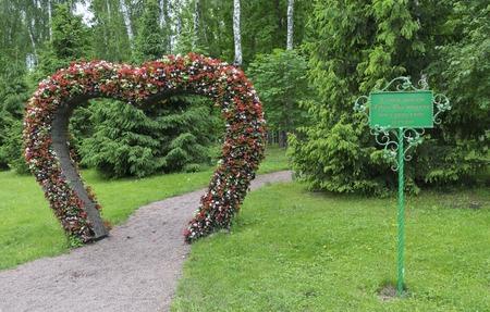 leaf shape: Big Heart topiary figure of fresh flowers