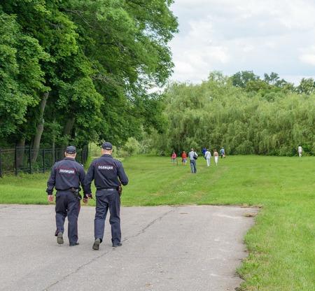 Twee politieagenten patrouilleren in het park recreatie.
