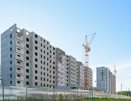 residential neighborhood: La construcci�n de dos edificios de apartamentos en nueva zona residencial.