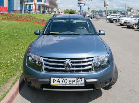 """motor de carro: Orel, Rusia - 23 de junio 2016: Vista frontal de un coche de pasajeros azul Renault Duster, estacionado cerca del centro de negocios """"verde"""" Editorial"""