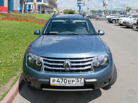 motor de carro: Orel, Russia - June 23, 2016: Front view of a blue passenger car Renault Duster, parked near the business center Green Editorial