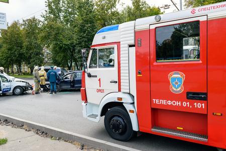 bombero de rojo: Orel, Rusia - 27 de septiembre 2016: coche de bomberos rojo trajo los equipos de rescate del Ministerio de Situaciones de Emergencia para la liquidación de las consecuencias del accidente de tráfico
