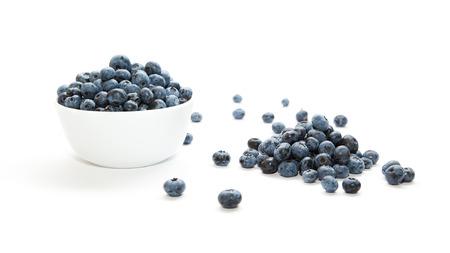 흰색 배경에 그릇에 블루 베리