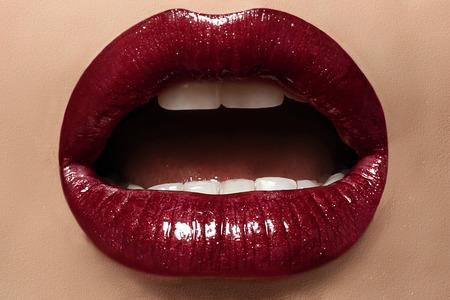губы: сексуальные женские губы с идеальный макияж Фото со стока