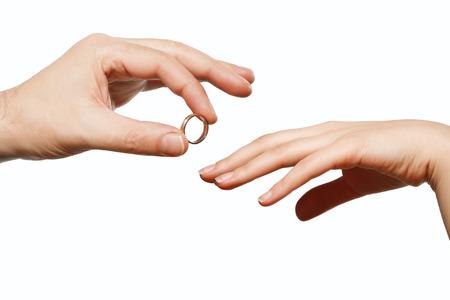 anillo de compromiso: mano masculina y femenina con un anillo de bodas