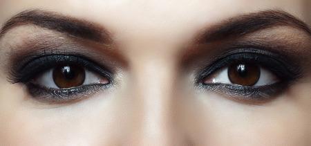 밝은 화장과 아름다운 여성 갈색 눈 스톡 콘텐츠