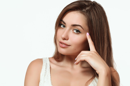 beautiful eyes: chica joven y hermosa con el pelo largo y sedoso y maquillaje perfecto