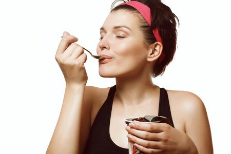 yogur: mujer joven y hermosa de comer un delicioso helado de chocolate Foto de archivo
