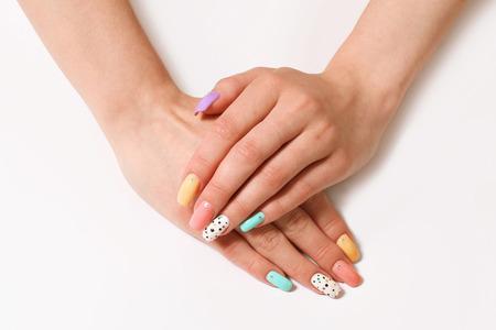manicura: hermoso esmalte de uñas de manicura de diferentes colores en las uñas femeninas