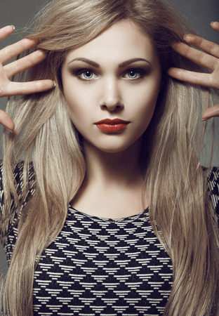 rubia ojos azules: Rubia hermosa y sexy con el pelo largo y elegante maquillaje. viraje