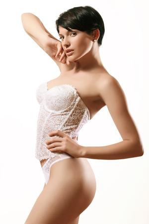 bragas: morena sexy en ropa interior de encaje, corsé blanco y las bragas