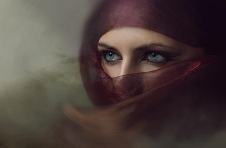 Młoda kobieta w hidżabie arabian sexy niebieskie oczy. Kwef.