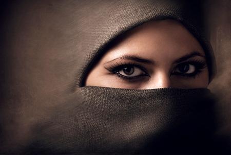 femmes muslim: Jeune femme arabe en hijab. Litham.