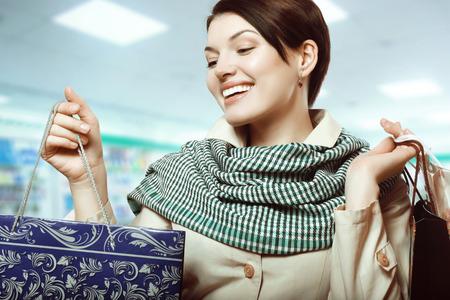 femme brune sexy: fille heureuse avec des paquets dans les mains Banque d'images