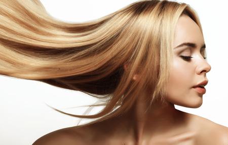 cabello lacio: retrato de una bella y joven rubia con el pelo largo peinado Foto de archivo